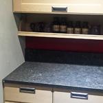 Популярное решение для кухонных гарнитуров – врезные ручки.