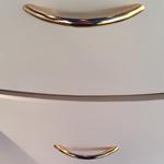 ручки универсального дизайна: вариации на тему рейлингов в интересных покрытиях с обыгранными гранями, классические ровные скобы, изогнутые модели
